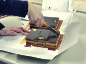 カットされるチョコレートケーキ